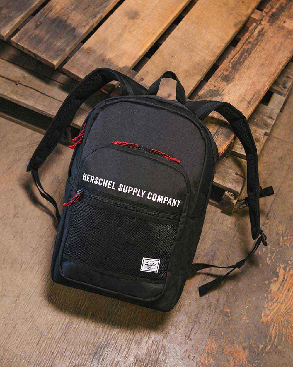Un sac à dos Kaine noir sur une palette en bois